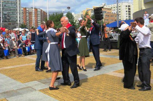 Мэр Хабаровска вальсирует вместе с горожанами