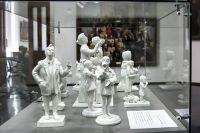 На выставке представлены фарфоровые фигуры.