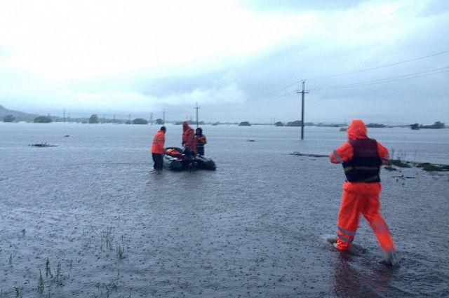 Спасатели МЧС отправляются к людям на подтопленные территории.