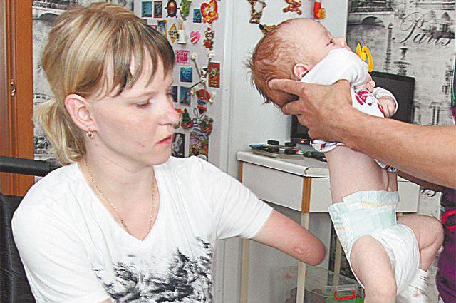 Мать моет молодого сына