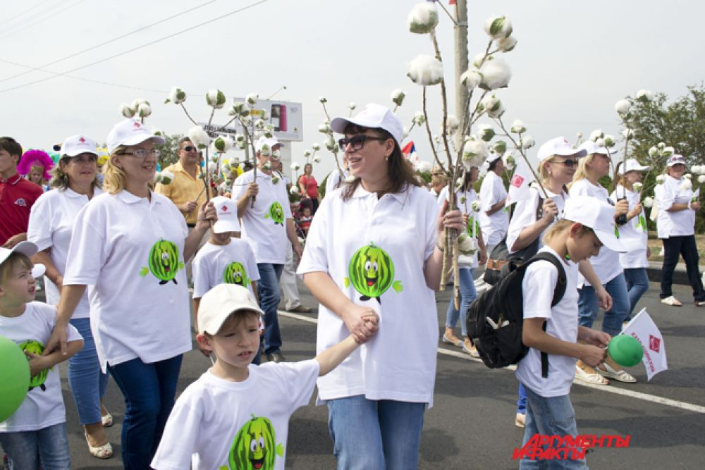 Участники парада от компании «Камышинский текстиль».