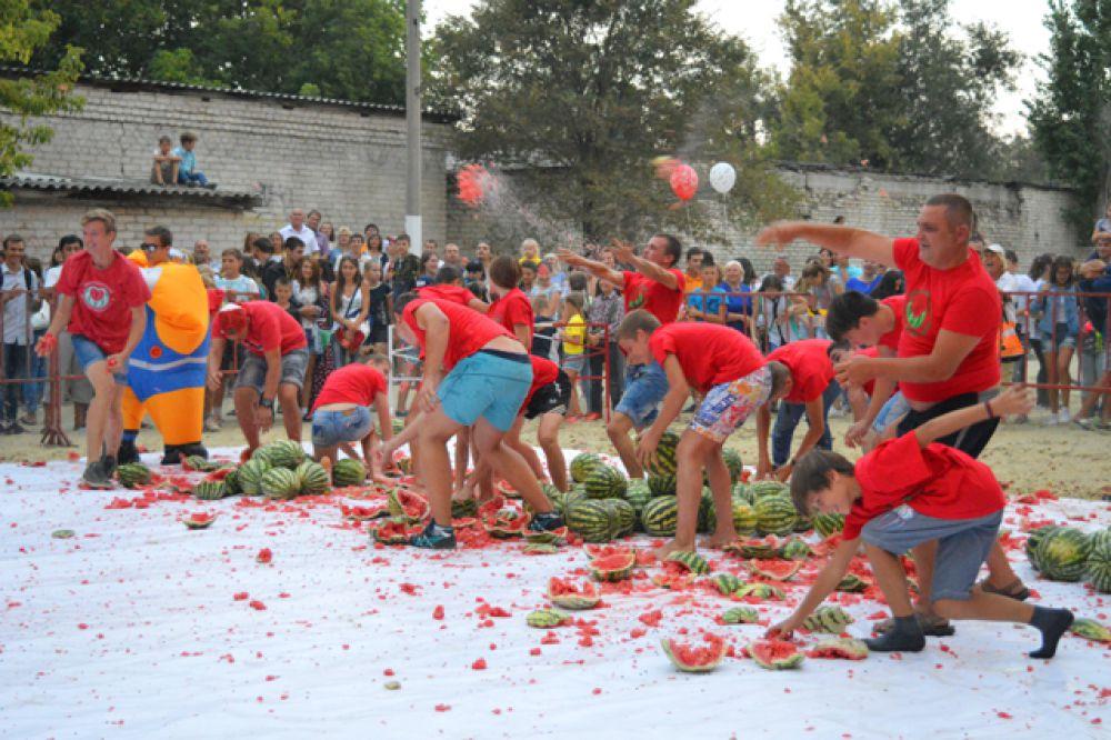 Завершился фестиваль «Арбузным мочиловом».