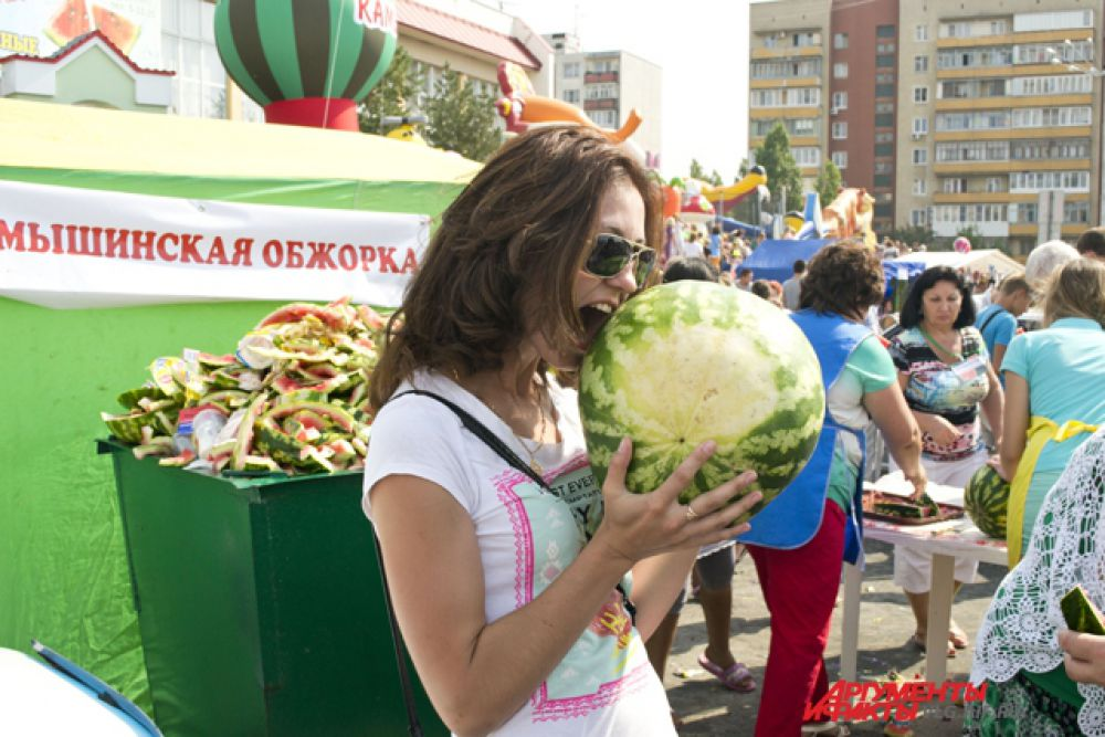 На фестивале работало 4 площадки, где бесплатно угощали арбузами.