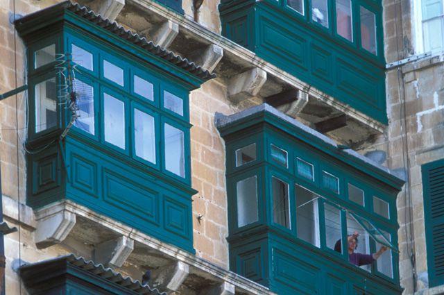Жительница петрозаводска разбилась, упав с балкона в петербу.