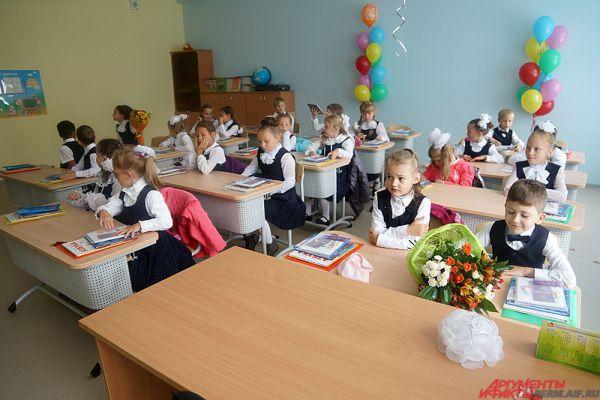 После этого в новеньких классах начались «классные часы». Учительница рассказала детям, что их ждет в этом году.