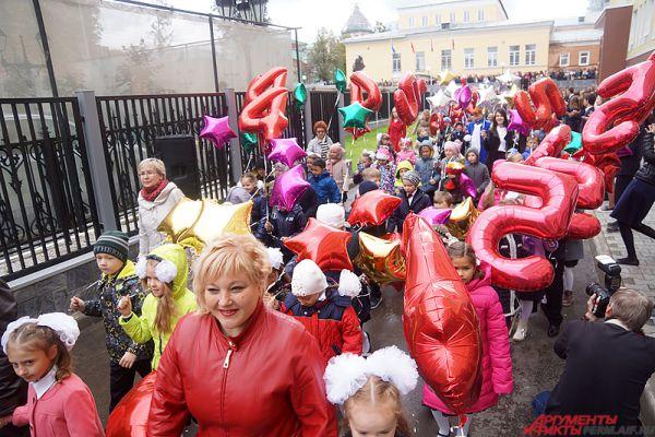 Торжественное мероприятие прошло на должном уровне. Длинная колонна учеников прошлась около гимназии, вооружившись красочными шариками и цветами.