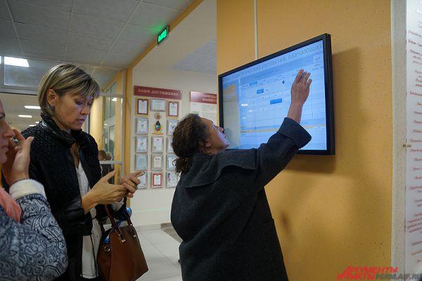 Еще одна особенность – в гимназии есть электронное расписание, размещенное на большом экране в холле.