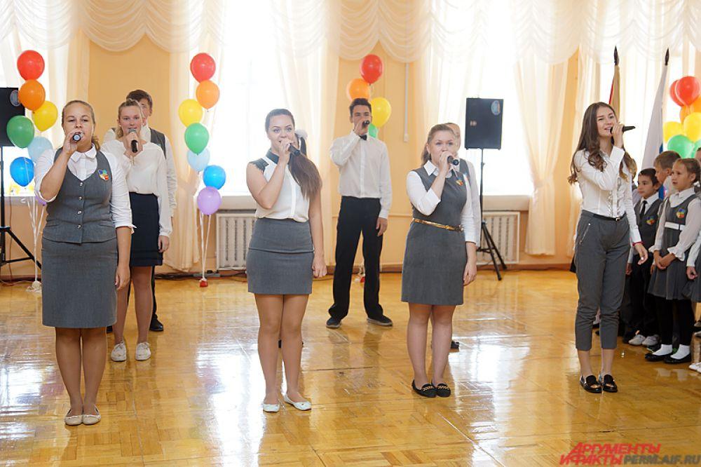 Творческая программа Дня знаний в школе №21 растянулась на час. Ученики продемонстрировали несколько номеров и спели незатейливые песни (например, «Я уеду жить в Лондон»).