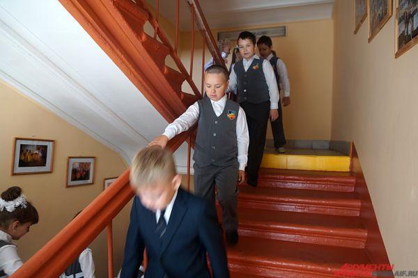Тесные коридоры и лестницы, маленькие кабинеты – отголосок, так сказать, старины дома. С этим ничего не поделать, поэтому ребятишкам приходиться тесниться в помещениях.
