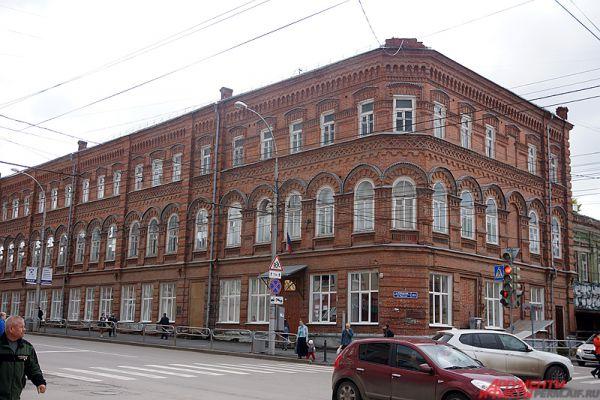 Школа №21 расположена всего в квартале от элитной гимназии. Здание учебного учреждения имеет почти столетнюю историю. В 1990-ые годы ХХ века здание обветшало, возникла необходимость в смене коммуникаций и перекрытий. Спустя несколько лет рабочие отреставрировали фасада здания.