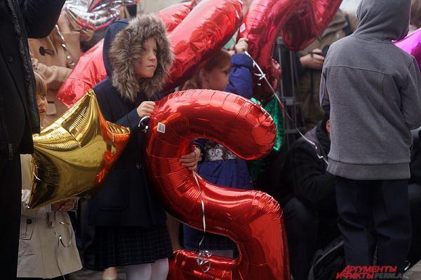 День знаний в Перми выдался довольно прохладным. Поэтому школьники «утеплились» для длительной уличной «линейки».