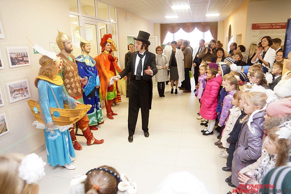 Также в холле школьников и их родителей встречали артисты в ярких костюмах. Они сыграли небольшую сценку, рассказывающую о ценности знаний в нашем мире.