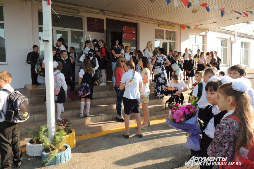 Ученики и их родители в ожидании начала торжественной линейки в краснодарской средней школе №11.
