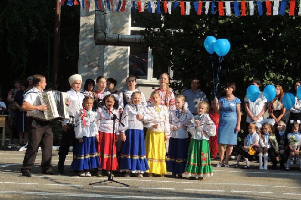 Вокальный коллектив школы №11 исполняет народную казачью песню.