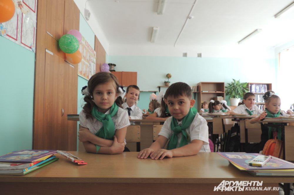 Ученики 1 «В» класса школы №11 на своем первом в школьной жизни уроке.