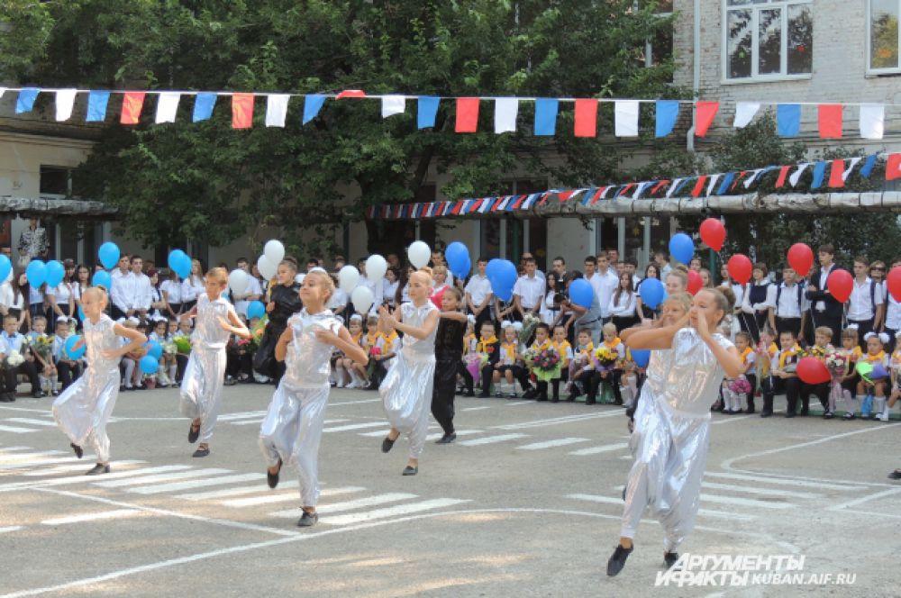 К новому учебному сезону школьный танцевальный ансамбль подготовил динамичный танец.