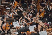 Оркестр исполняет классические произведения.