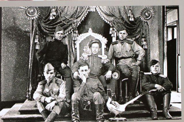Советские воины на троне императора Манчжоу-Го Пу И