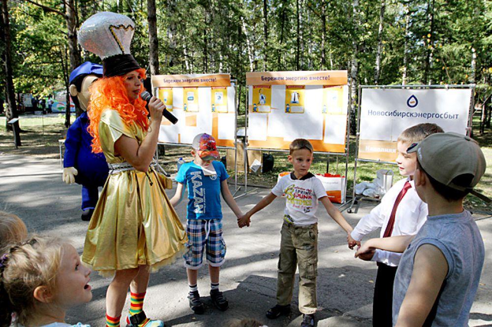 """Вместе с аниматором, приглашённым нашим партнёром, компанией """"Новосибирскэнергосбыт"""", ребята играли, пели..."""