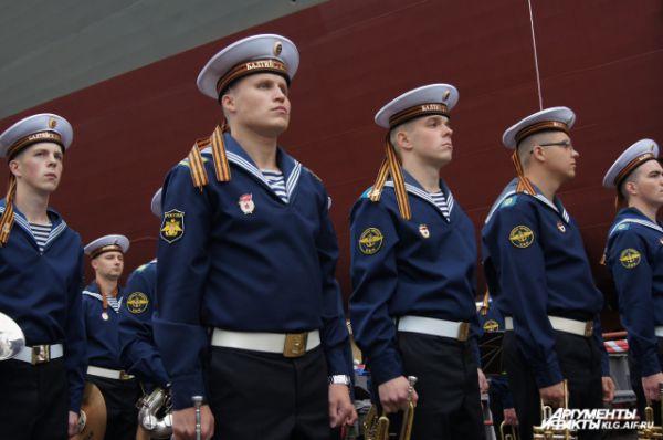 Оркестр Балтийского флота исполнил гимн России.