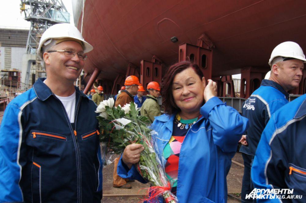 Крестной матерью корабля стала сотрудница завода Наталья Юдина.