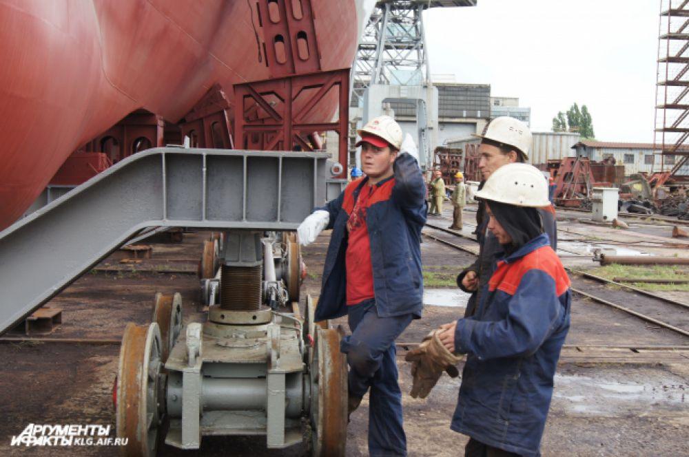 Корпус СКР полностью сформирован, на корабль погружена и смонтирована большая часть систем и агрегатов.