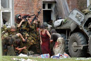 Полковника Бочарова выносят из боя...