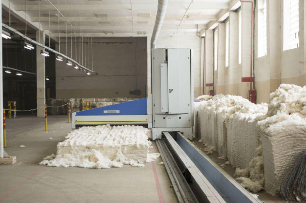 Хлопковолокно проходит многоэтапную обработку в автоматическом режиме на лучшем и самом современном в текстильной мировой промышленности оборудовании: рыхление, трепание, смешивание  при одновременной очистке от сорных примесей.