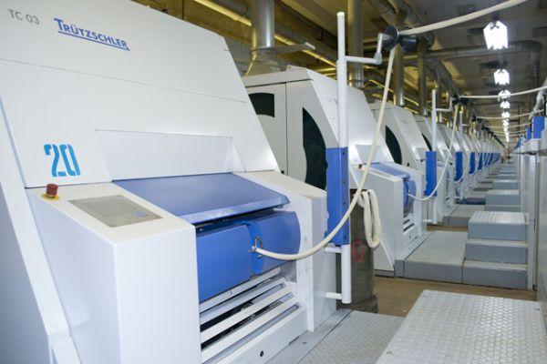 В чесальном цехе на современном оборудовании из волокнистой массы формируются ленты.