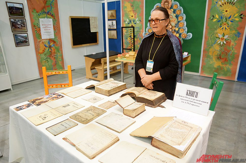 Любой желающий может ознакомиться со старыми рукописями в музейном стенде.