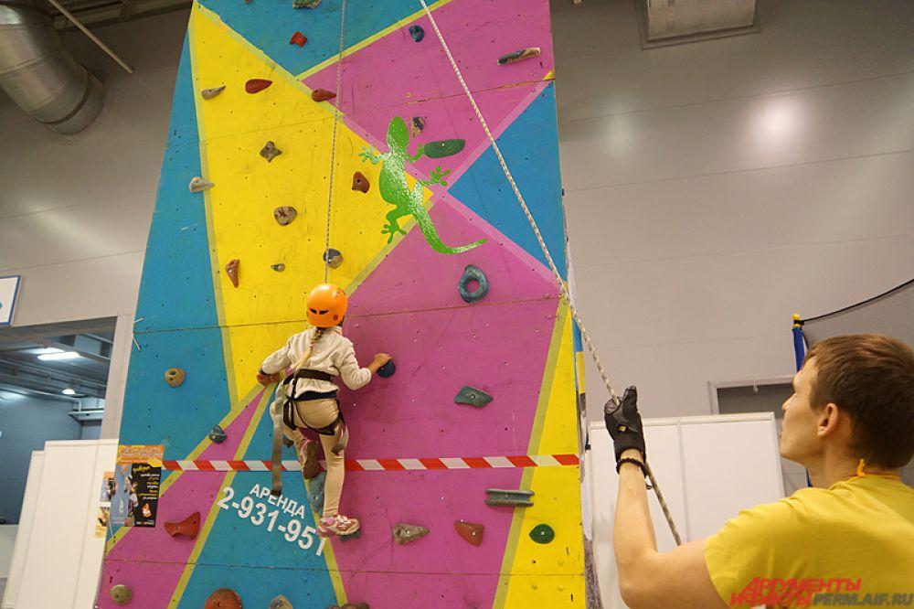 Впервые на «Пермской ярмарке» установили скалодром высотой 8 метров,  тарзанка и смотровая площадка.