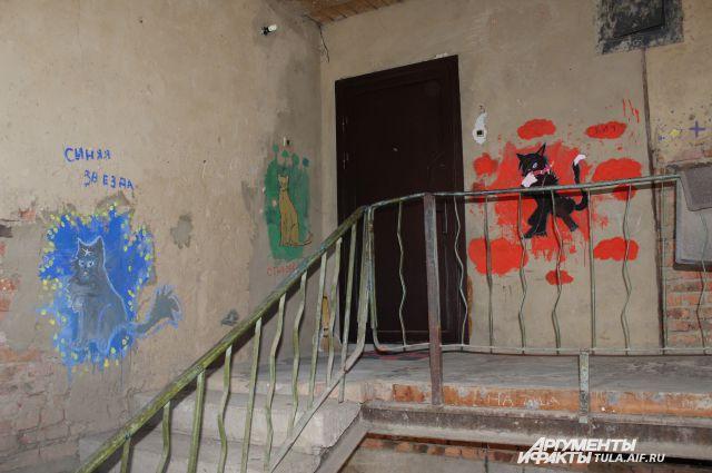 Так выглядит подъезд этого дома. «Коты-воители», воззвание к бомжам и другая наскальная живопись не сильно улучшают дело.