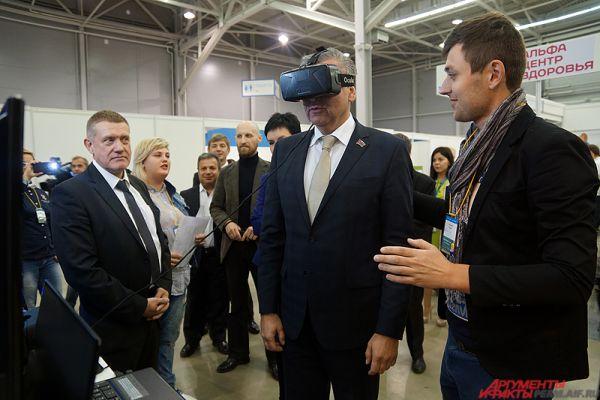 Глава города Игорь Сапко опробовал очки виртуальной реальности.