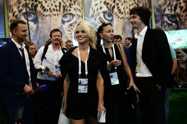 Памела Андерсон во время встречи в рамках Восточного экономического форума во Владивостоке.