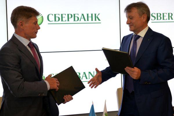 Временно исполняющий обязанности губернатора Сахалинской области Олег Кожемяко (слева) и председатель правления Сбербанка РФ Герман Греф.