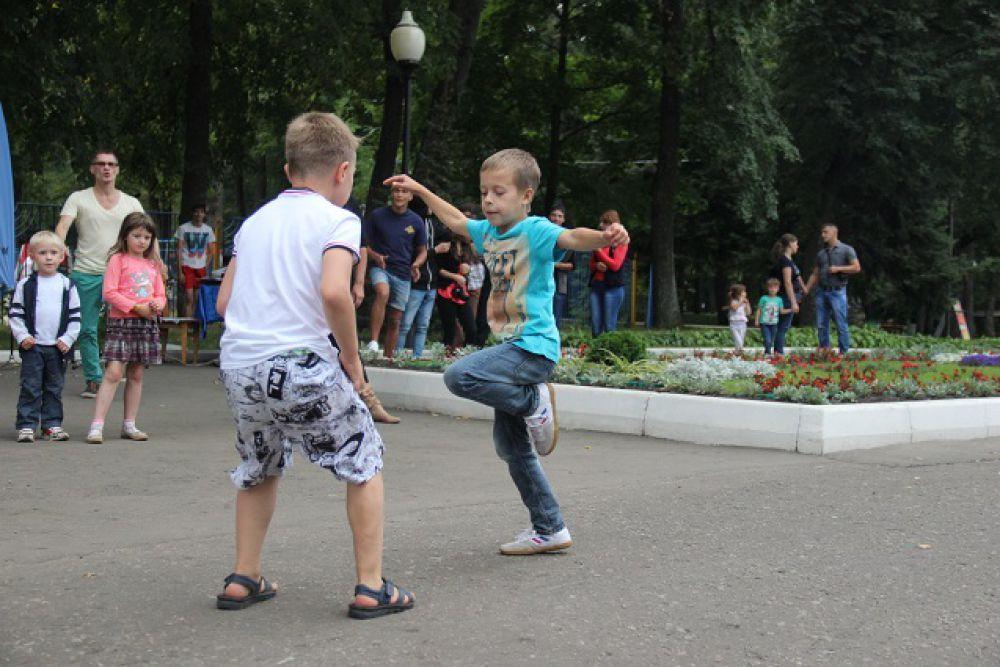 Для начинающих танцоров провели мастер-классы.