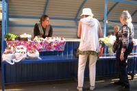 Нести излишки овощей можно на рынок.