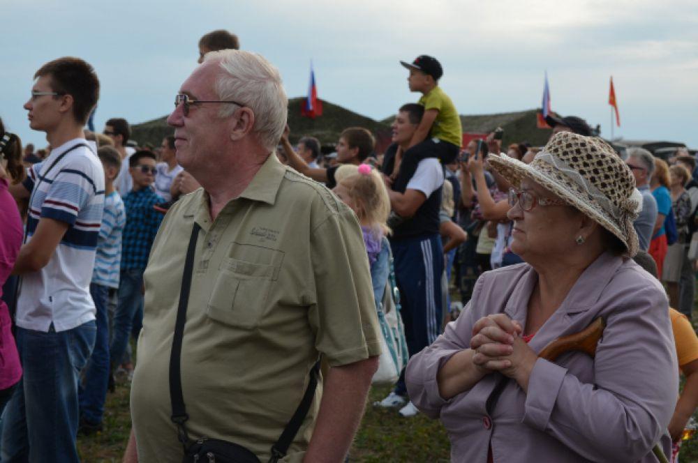 Среди зрителей - молодежь и люди пожилого возраста.