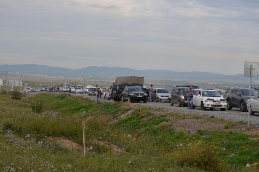 По дороге на авиашоу выстроилась большая колонна автомобилей.