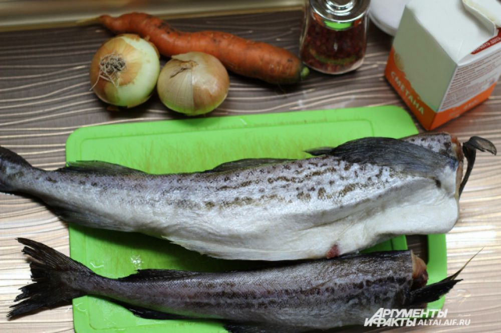 Рыбу чистим и хорошо моем. Лук, морковь чистим.