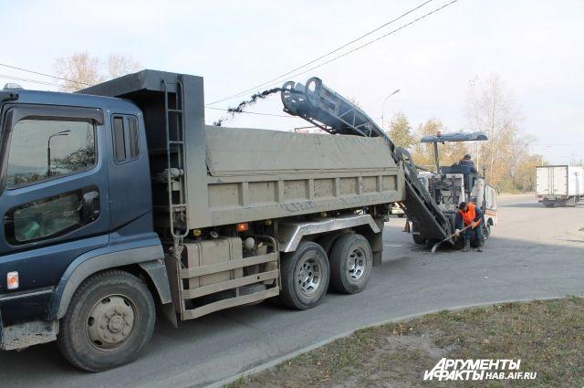 Хабаровские дороги нередко разбивают большегрузы, которые давно хотят увести с городских улиц