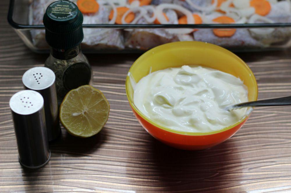 Готовим заливку. Для этого в сметану добавляем немного соли перца, розмарина.