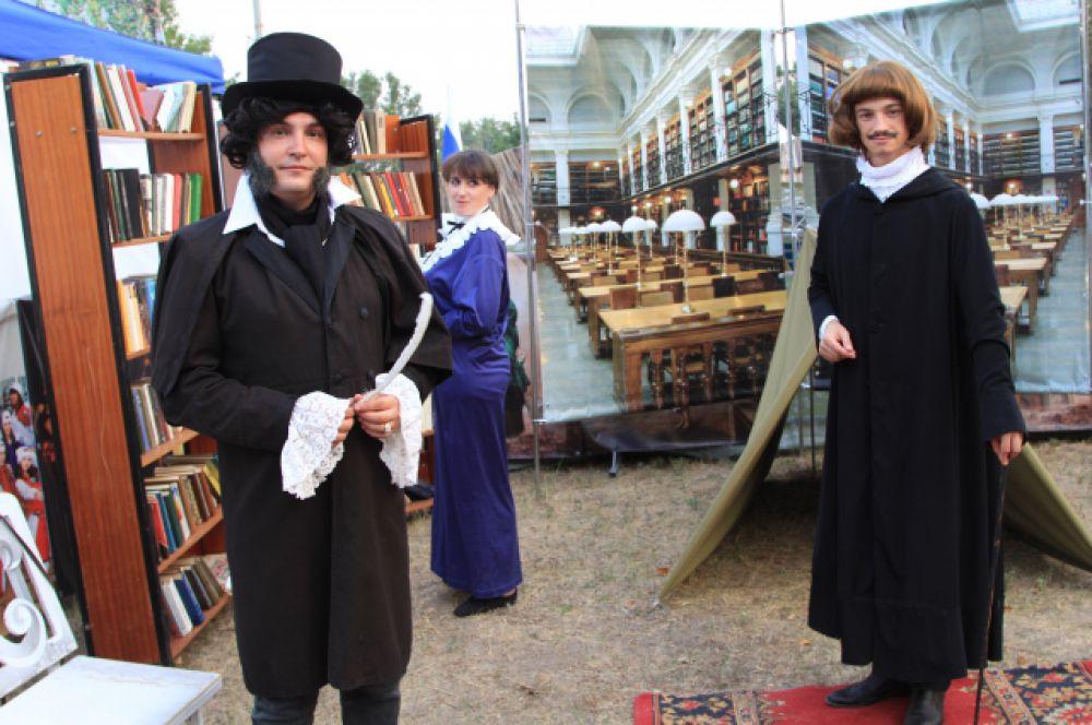 Пушкин и Гоголь встретились, когда Пушкину был тридцать один год, а Гоголю - двадцать один. Здесь же на театрализованной площадке можно было увидеть несколько Пушкиных.