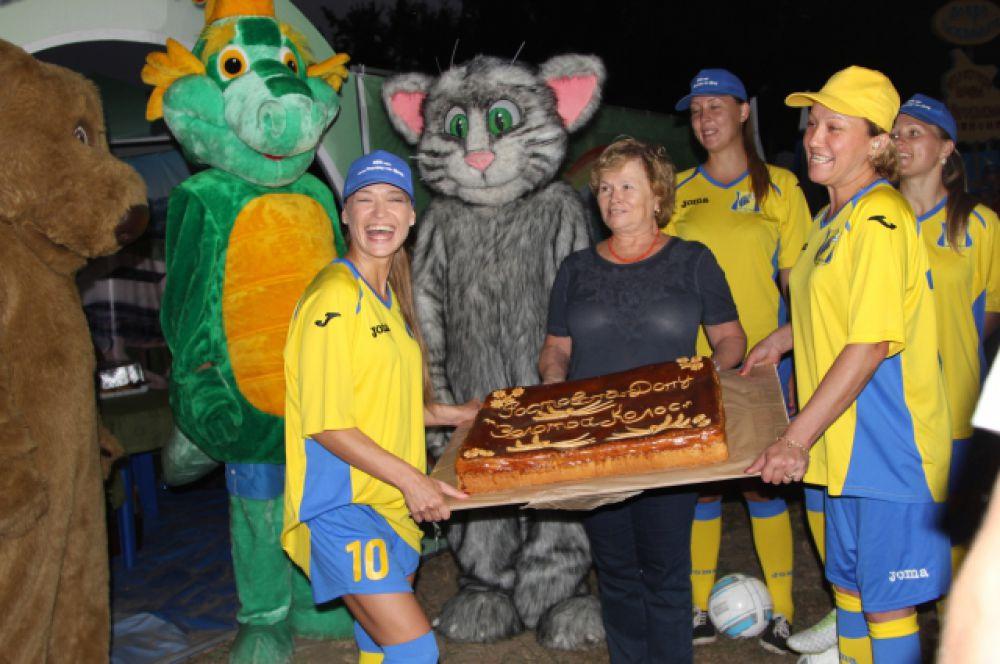 Ростовская делегация в форме футбольного клуба «Ростов» приготовила пирог с капустой.