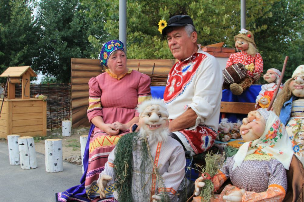 Пенсионеры Наталья и Михаил Репко из поселка Горняцкий представили сделанные своими руками куклы на мотивы русских сказок.
