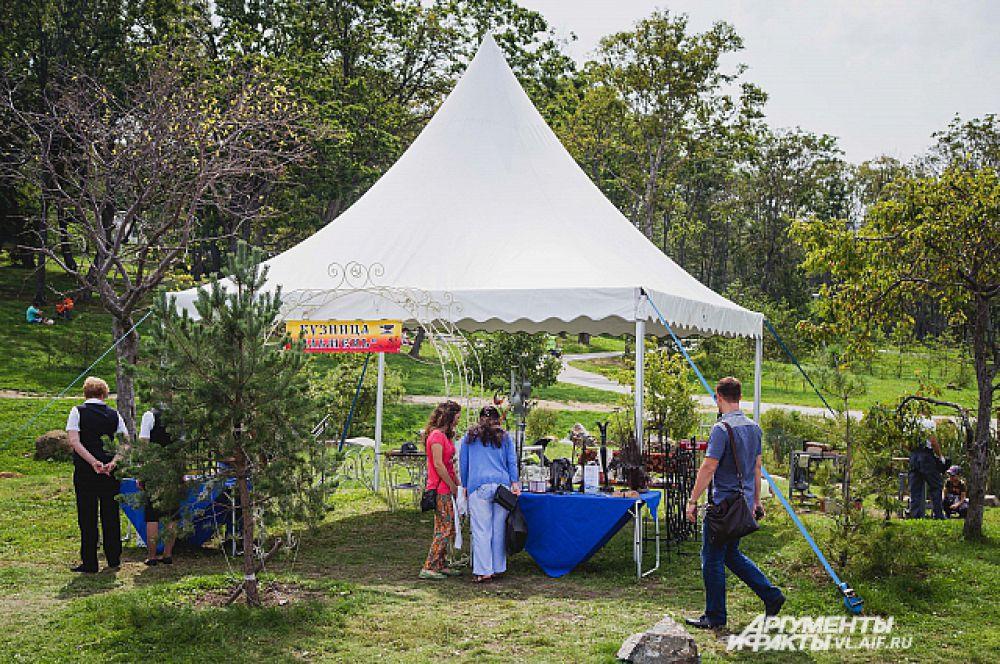 К палатке кузнеца