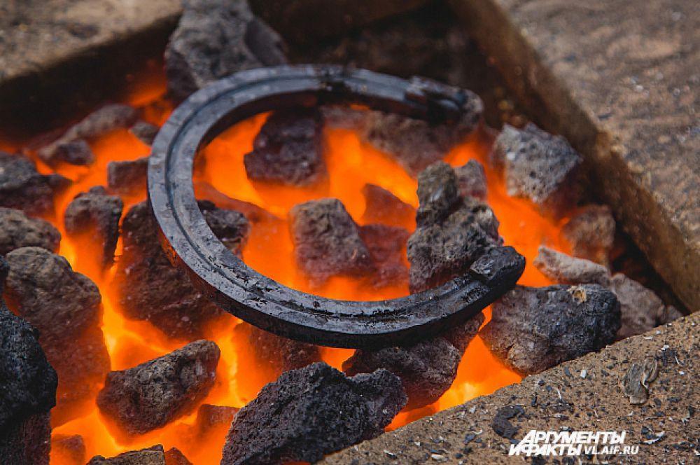 Подкова проходит закалку огнём.