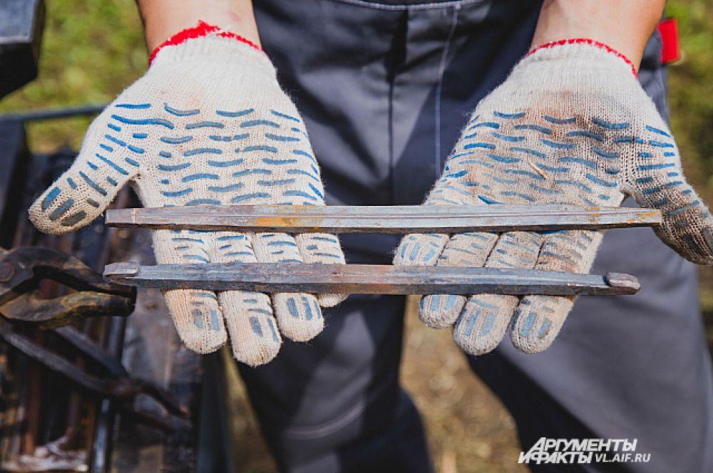 Подковы делают из металлического прута.