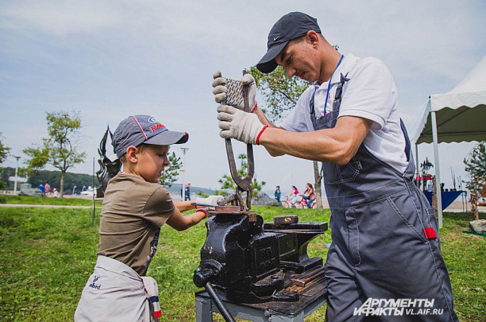 Каждый день Егорка прибегал в кузницу чтобы научиться ковать.