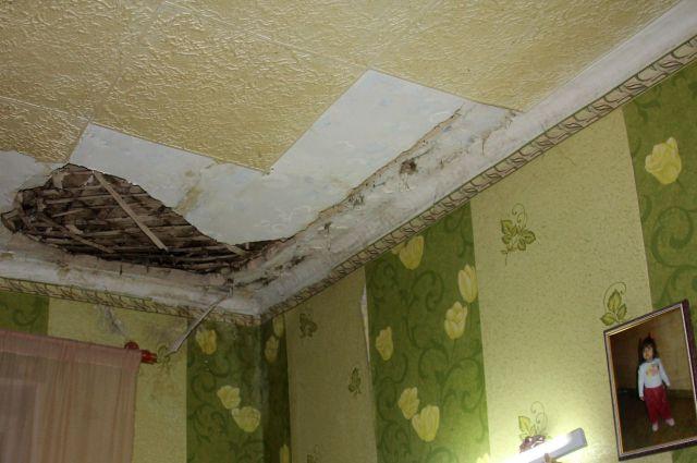 Тефтелев пообещал расселить дом на улице Сталеваров, где обрушился потолок